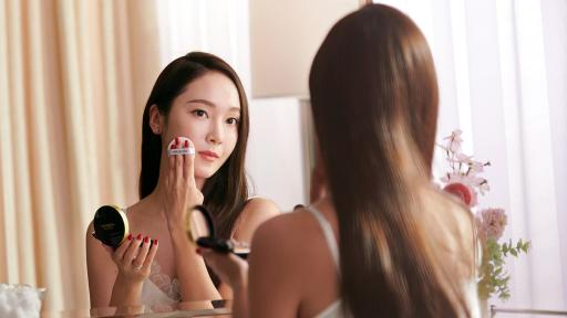 Jessica Jung applying makeup in the mirror