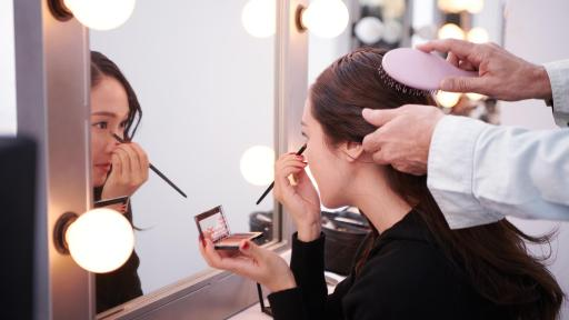 Jessica Jung applying eye makeup in the mirror