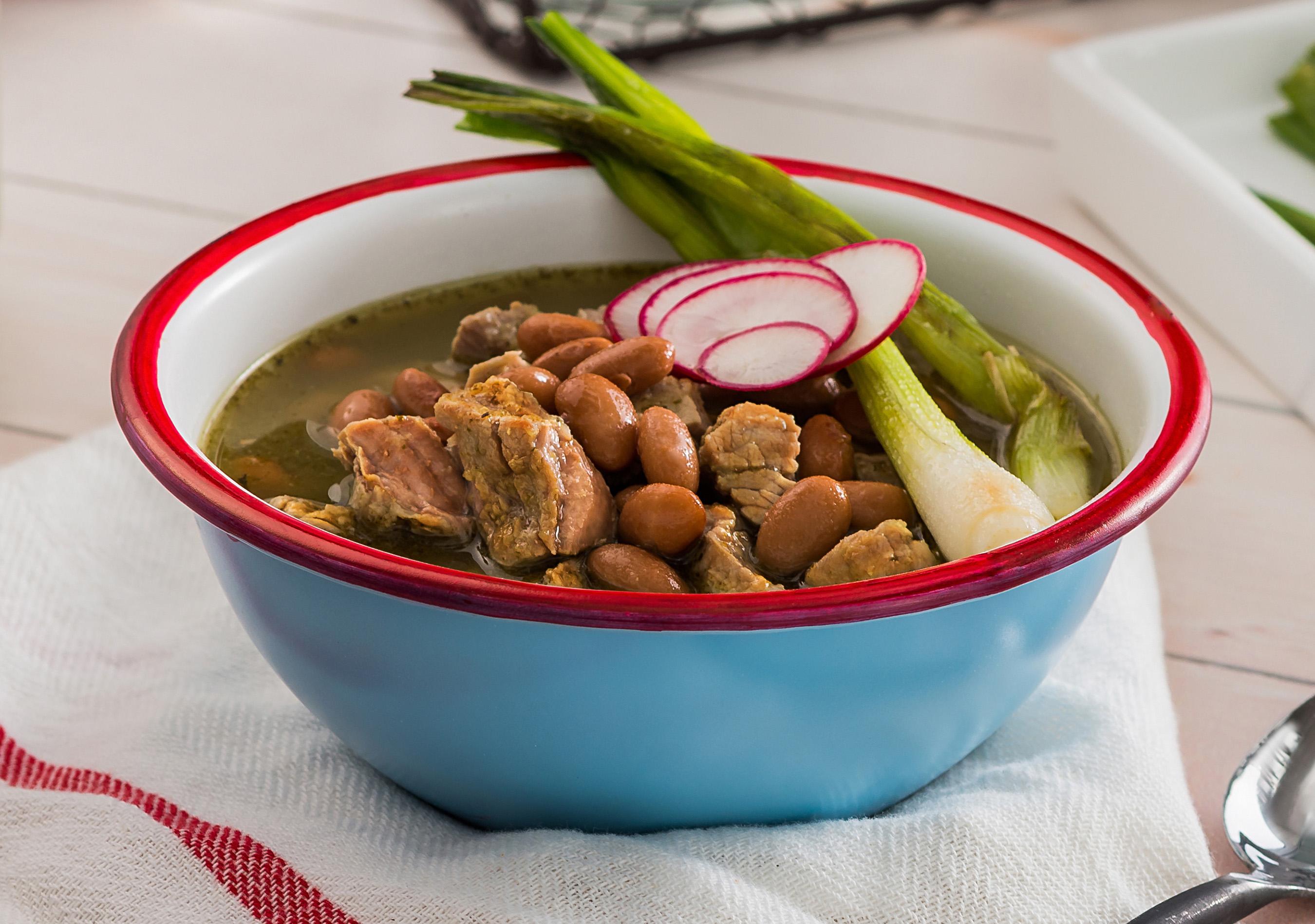 Esta sopa casera tradicional de Jalisco, México, es bien completa con de frijoles pintos, Serrano chiles, tocino y jugosas tiras de lomo de cerdo.