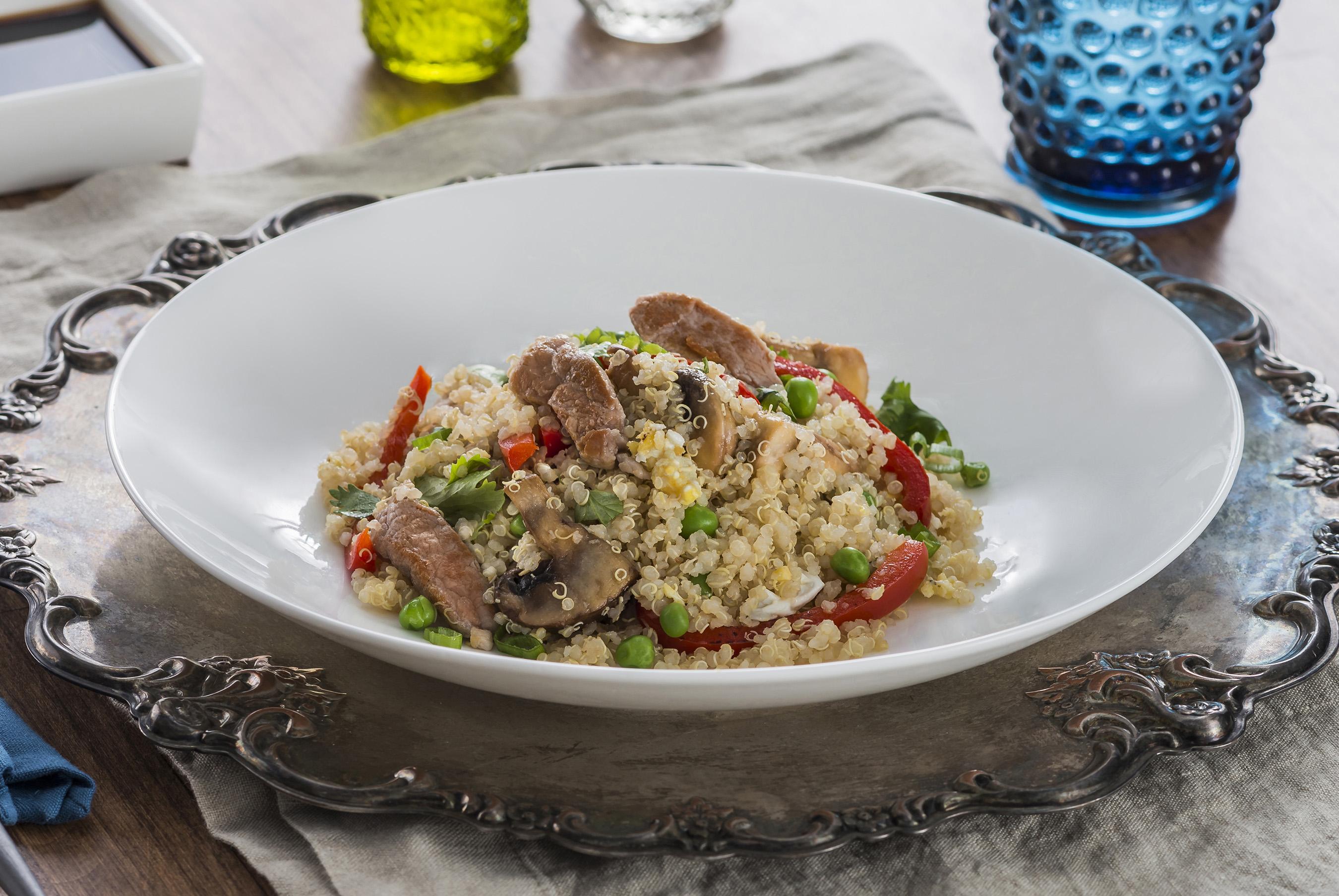 Inspirada en la milenaria cocina peruana y las deliciosas tradiciones asiáticas, esta exquisita y nutritiva fusión es preparada con quinoa y tiras de lomo de cerdo salteadas.